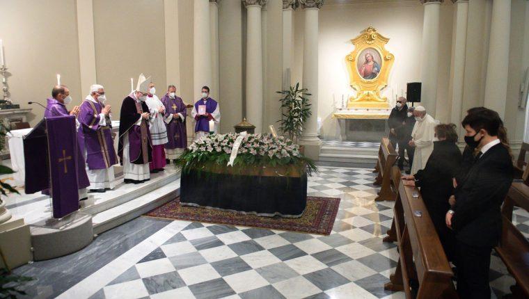 El papa Francisco asistió al funeral de su médico general, víctima del coronavirus. (Foto Prensa Libre: EFE)