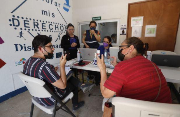 Personas con discapacidad buscan una oferta laboral en Feria de Empleo. (Foto Prensa Libre: Esbin García)