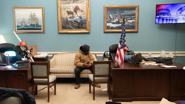 Varios seguidores del presidente de Estados Unidos, Donal Trump, ingresaron por la fuerza al Capitolio. (Foto Prensa Libre: AFP)
