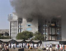Camiones de bomberos llegan al Serum Institute of India y evitan la propagación del fuego. (Foto Prensa Libre: EFE)