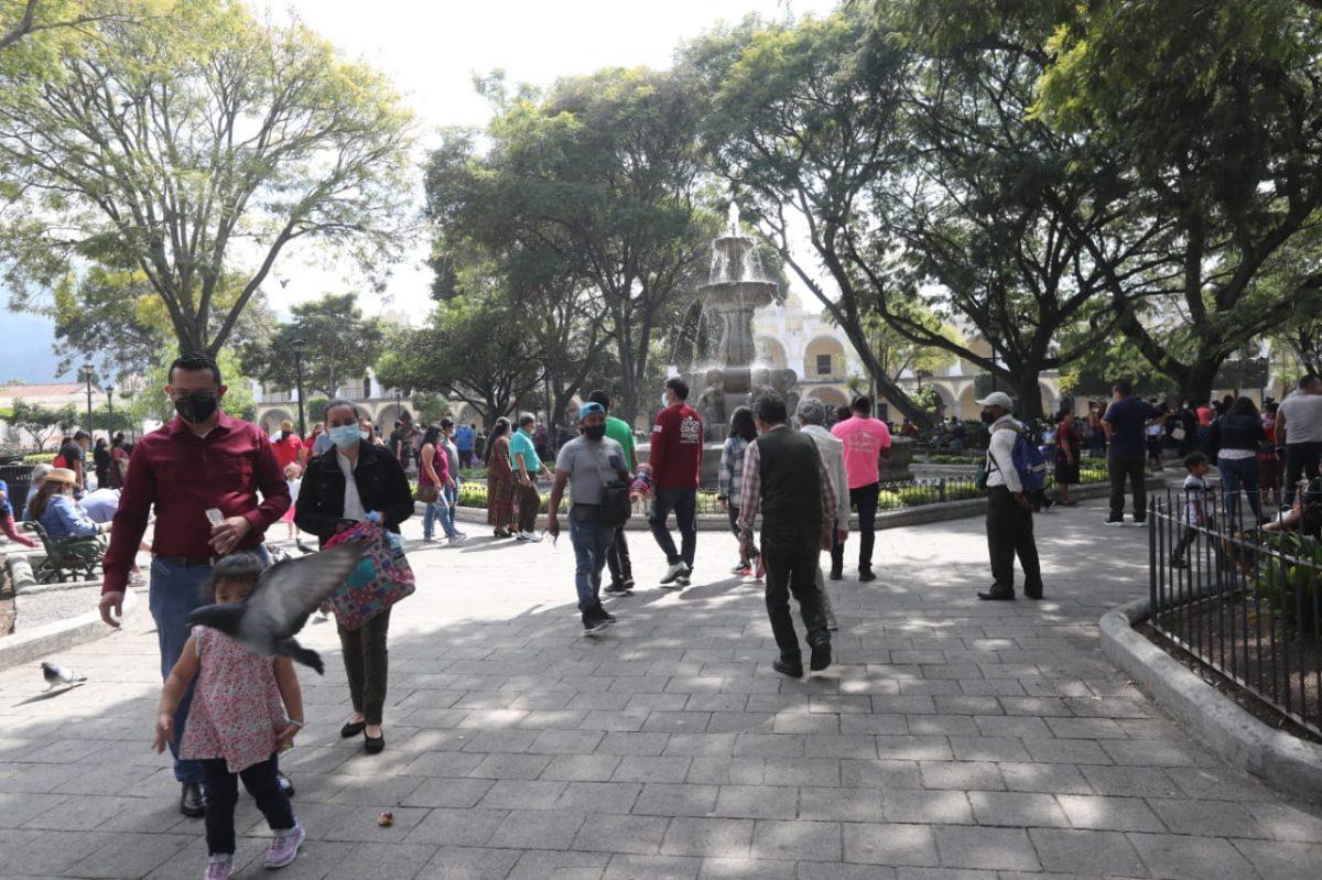 Fotos: Guatemaltecos viajan a la playa y a Antigua en el primer día del 2021