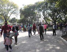 Los guatemaltecos llegaron a la Antigua Guatemala en el primer día del 2021. (Foto Prensa Libre: Érick Ávila)