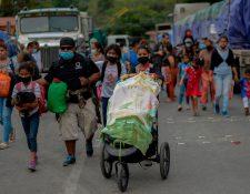 Miles de migrantes hondureños intentan llegar a Estados Unidos, y para llegar cruzan por Guatemala. (Foto Prensa Libre: AFP)