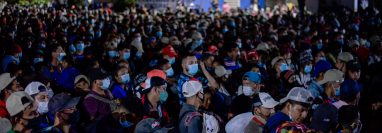 Marea de hondureños ingresa a Guatemala sin que la PNC lo pudiera evitar. (Foto: AFP)