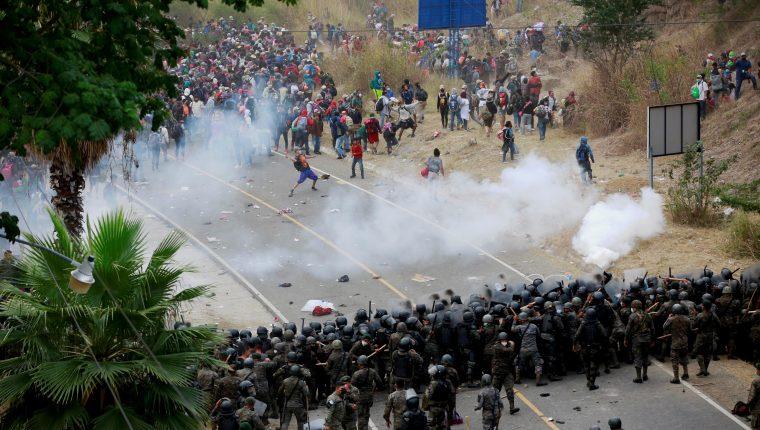 Soldados y policías de Guatemala forman una barricada humana y lanzan gases lacrimógenos para detener a los migrantes hondureños en Chiquimula. (Foto Prensa Libre: EFE)