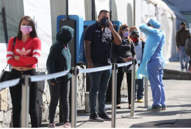 En el IGSS se incrementa la demanda para hacer pruebas de covid-19. (Foto Prensa Libre: Érick Ávila)