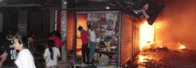 Algunos de los locales afectados por incendio en el mercado de artesanías de Esquipulas. (Foto Prensa Libre: Elizabeth Hernández)