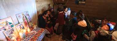 Natalia Tomás Agustín, madre de Iván Gudiel Pablo Tomás de 22 años, recibe apoyo de vecinos luego de conocer sobre la muerte del joven en Tamaulipas. Fotos: Juan Diego González