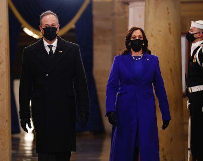 Kamala Harris y Doug Emhoff a su llegada al Capitolio para el acto de toma de posesión de la vicepresidencia de Estados Unidos. (Foto Prensa Libre: EFE/EPA/JIM LO SCALZO / POOL).