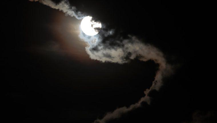 La luna llena vista desde la ciudad de Guatemala. (Foto Prensa Libre: Keneth Cruz)