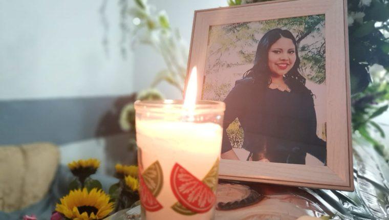 Familiares sepultaron a Luz María del Rocío López Morales en un cementerio de la zona 5. (Foto Prensa Libre: Cortesía)