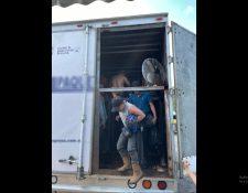 Los 128 migrantes eran transportados en condiciones de hacinamiento, en una carretera de Veracruz, México. (Foto Prensa Libre: EFE)