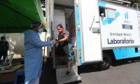 Los laboratorios m—viles recorrer‡n los mercados de la ciudad de Guatemala para realizar prueba de COVID 19 en la imagen varias personas se hacen fila para dar sus datos y hacerse la prueba esto en el Mercado el Guarda zona 11.   Fotograf'a. Erick Avila:                  13/01/2021