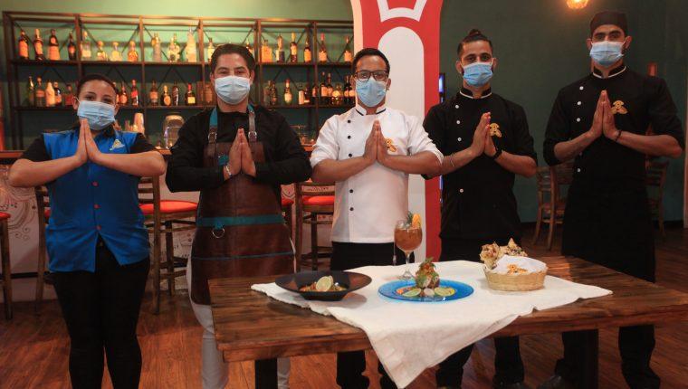 El chef Vijay Bhardwaj junto a su equipo de cocineros. (Foto Prensa Libre: Byron García)