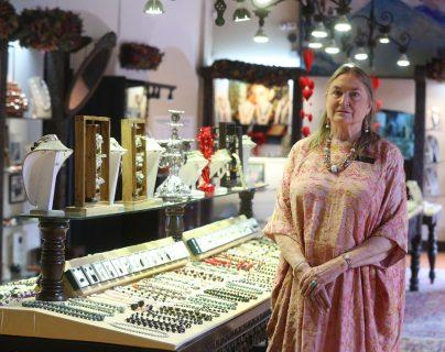 """La arqueóloga Mary Lou Ridinger en su tienda """"Jade Maya"""", ubicada en Antigua Guatemala. (Foto Prensa Libre: Fernando Cabrera)"""