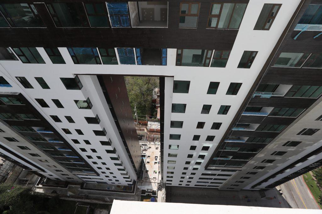 De cara al Siglo XXI. Varios edificios se han construido en la capital, como en la zona 4, con estilos arquitectónicos diversos, modelos introducidos al país por arquitectos que han estudiado en el extranjero.