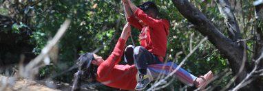 Niños juegan en una de las aldeas de Comitancillo, San Marcos, lugar de donde era originaria la mayoría de migrantes asesinados en Tamaulipas, México.