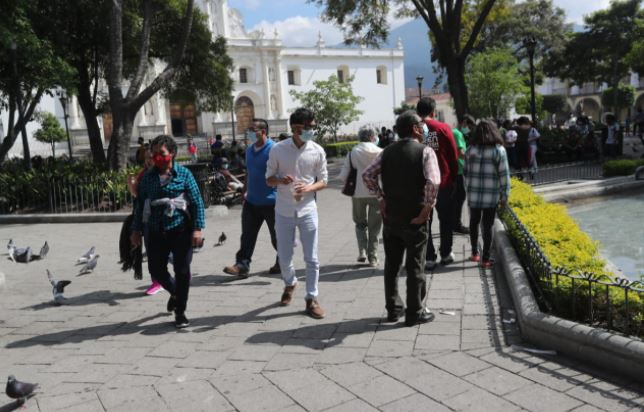 Personas salen protegidas a las calles par aprevenir casos de coronavirus. (Foto Prensa Libre: Érick Ávila)