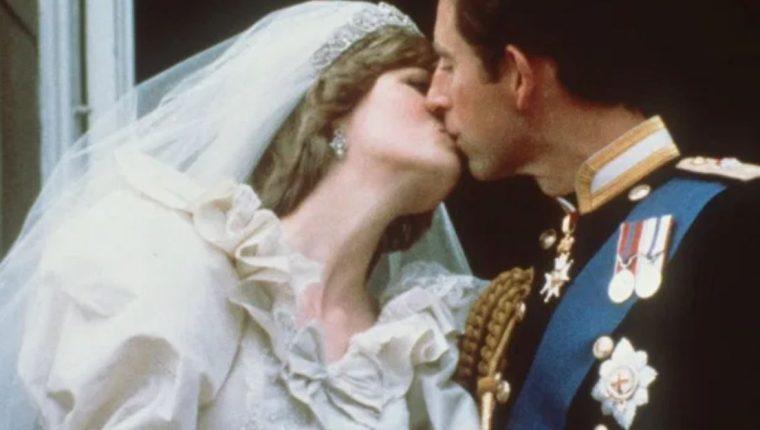 Los príncipes Diana y Carlos se besan en la Catedral de San Pablo el 29 de julio de 1981. (Foto: Hemeroteca PL)