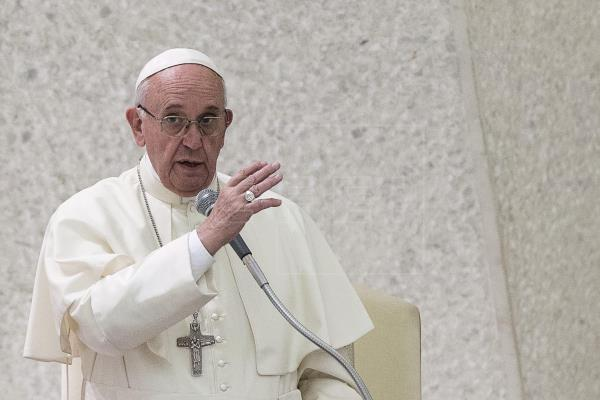 El papa Francisco concedió una entrevista recientemente en la que resaltó la necesidad de vacunarse contra el coronavirus. (Foto Prensa Libre: EFE)