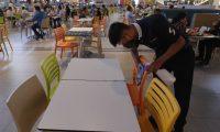 En los centros comerciales donde hay food courts mantienen distanciamiento físico,  limpieza constante y aforo limitado. (Foto Prensa Libre: Esbin García)