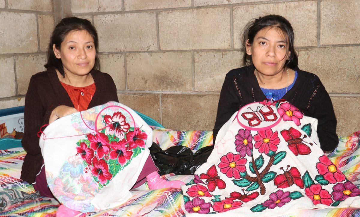 La polio no detiene a hermanas que desarrollaron la habilidad de bordar prendas típicas con la boca