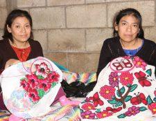 Las hermanas Francis Dalila, y Margarita Ofelia Socoy Socoy bordan servilletas, blusas y otras prendas de vestir. (Foto Prensa Libre: Víctor Chamalé)