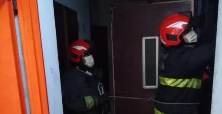 Bomberos trabajan para rescatar a dos personas atrapadas en un edificio en Argentina. (Foto Prensa Libre: Crónica.com)
