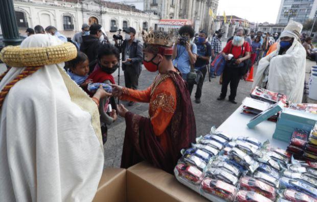 Los Reyes Magos comparten juguetes con niños en el Parque Central de la capital. (Foto Prensa Libre: Esbin García)