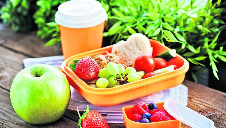 Opte por alimentos llamativos por sus colores o formas, para que sean atractivos para los niños y así garantice su consumo. (Foto Prensa Libre: Shutterstock).
