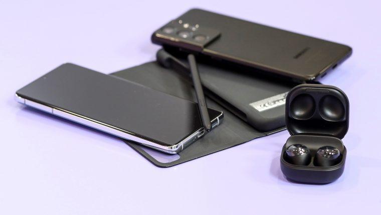 Así lucen los nuevos dispositivos de Samsung, el S21 Ultra 5G, los audífonos Buds Pro y la funda con bolígrafo SPen. (Foto Prensa Libre: EFE)