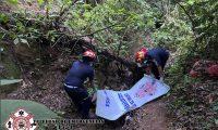 En un barranco de la ruta de San Lucas Sacatepéquez hacia Antigua Guatemala fue localizado el cadáver de una mujer. El cuerpo tiene heridas de bala. (Foto Prensa Libre: CBMD)