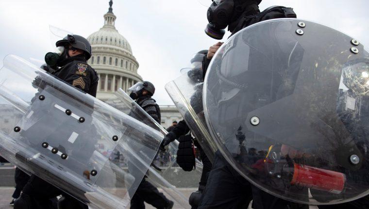 La certificación de Joe Biden como presidente de EE. UU. desencadenó una serie de protestas por parte de seguidores de Donald Trump. (Foto Prensa Libre: EFE)