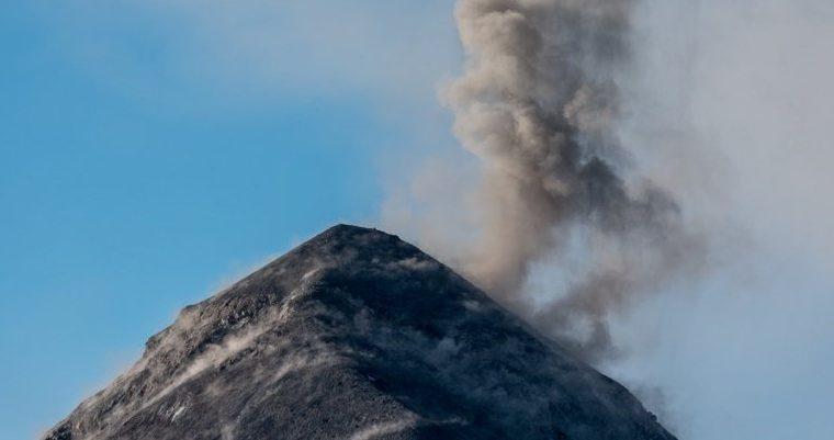 Según las autoridades, las columnas de ceniza que lanza el cono del volcán llegan hasta los cuatro mil 700 metros sobre el nivel del mar. (Foto Prensa Libre: Conred)