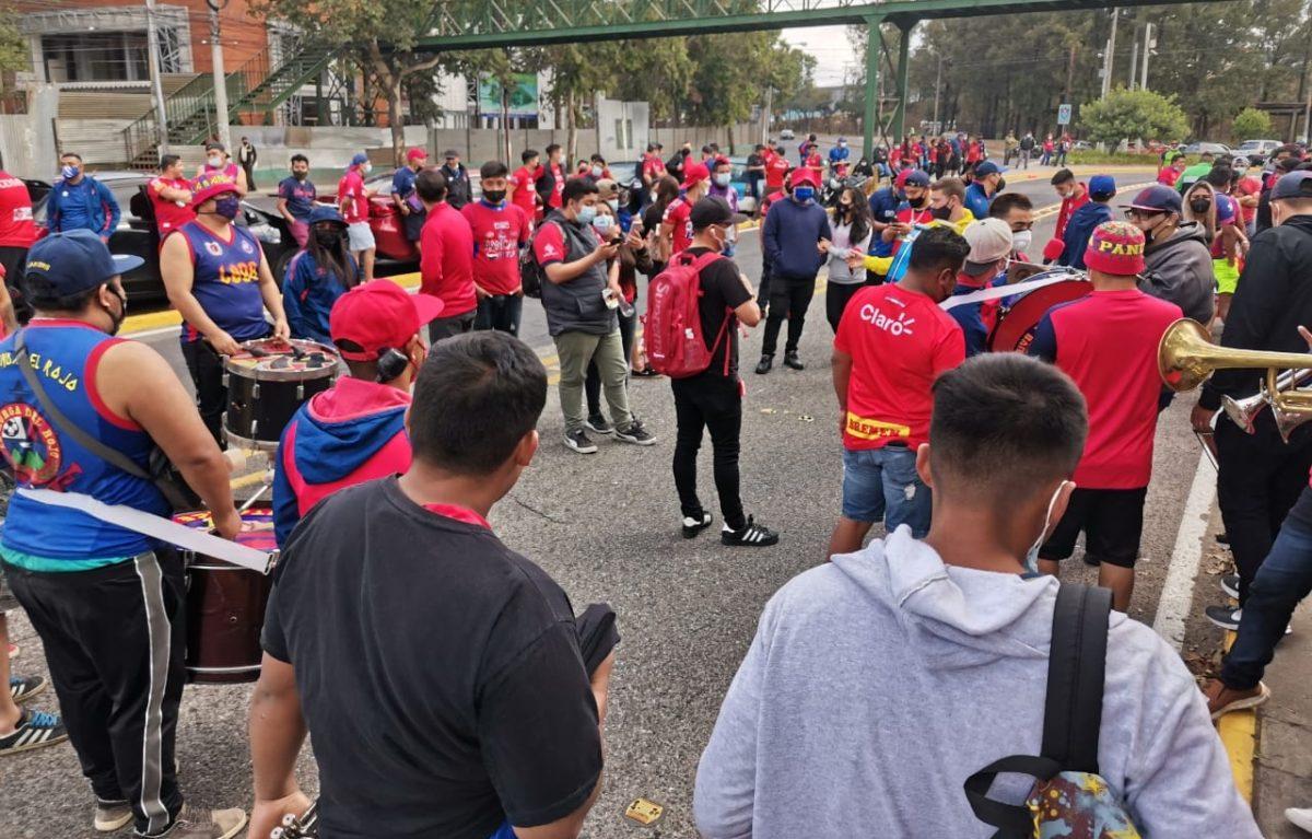 Decenas de aficionados de Municipal se reúnen en los alrededores de El Trébol para apoyar a su equipo