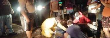 Bomberos brindaron asistencia a un motorista que resultó herido durante el accidente en la ruta de Chiquimula a Zacapa. (Foto Prensa Libre: Cortesía)
