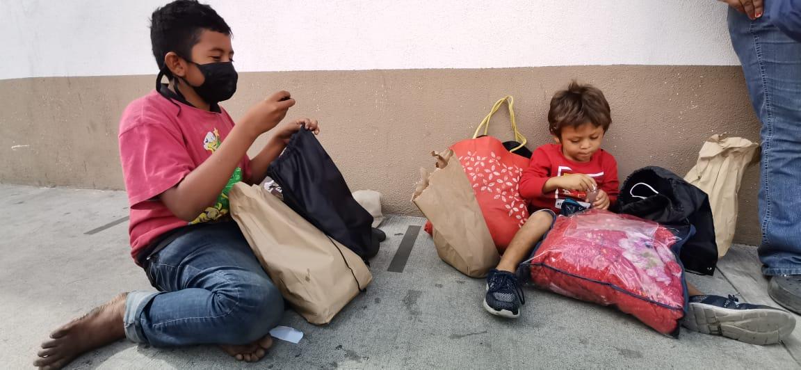 Cansados y con hambre: la historia de dos niños hondureños que refleja el drama de la caravana migrante