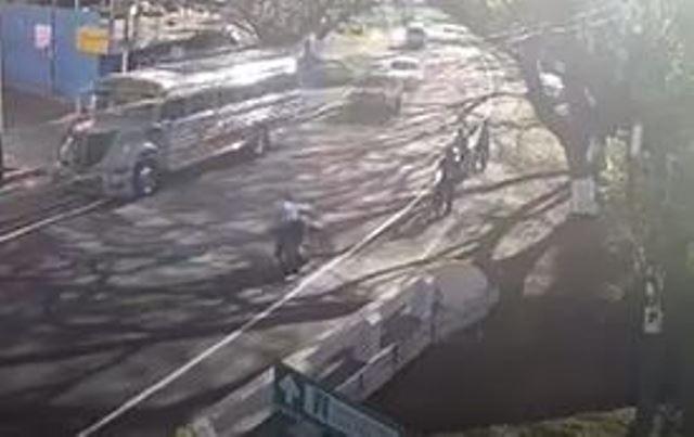 Video: Motorista atropella a mujer y niña; hay un muerto y tres heridos