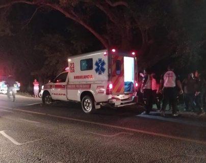 Un motorista atropelló a dos migrantes hondureños. (Foto Prensa Libre: Wilder López)