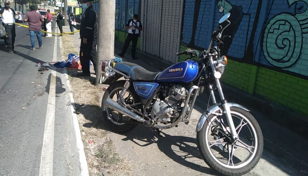 Familia que se conducía en motocicleta se accidentó en El Periférico y mujer muere en el lugar