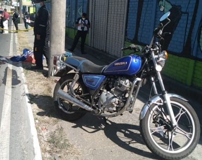 En la motocicleta se conducían cuatro personas y una murió en el lugar. (Foto Prensa Libre: Bomberos Voluntarios)