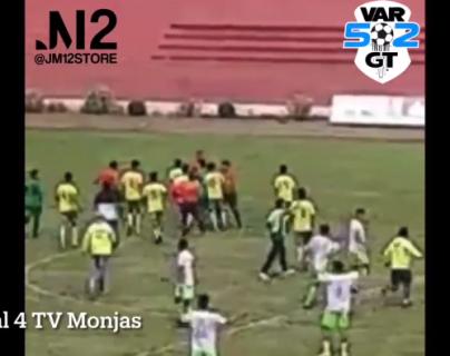 Video: futbolistas agreden a árbitros durante semifinal de torneo amateur en Jalapa