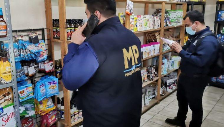 La Fiscalía contra Delitos de Defraudación y Contrabando Aduaneros del MP, informaron sobre seis allanamientos en Guatemala y Villa Nueva con el objetivo de combatir el contrabando, las cuales fueron positivas y se secuestró mercancías de primera necesidad, artículos de limpieza y licor. (Foto Prensa Libre: Cortesía MP)