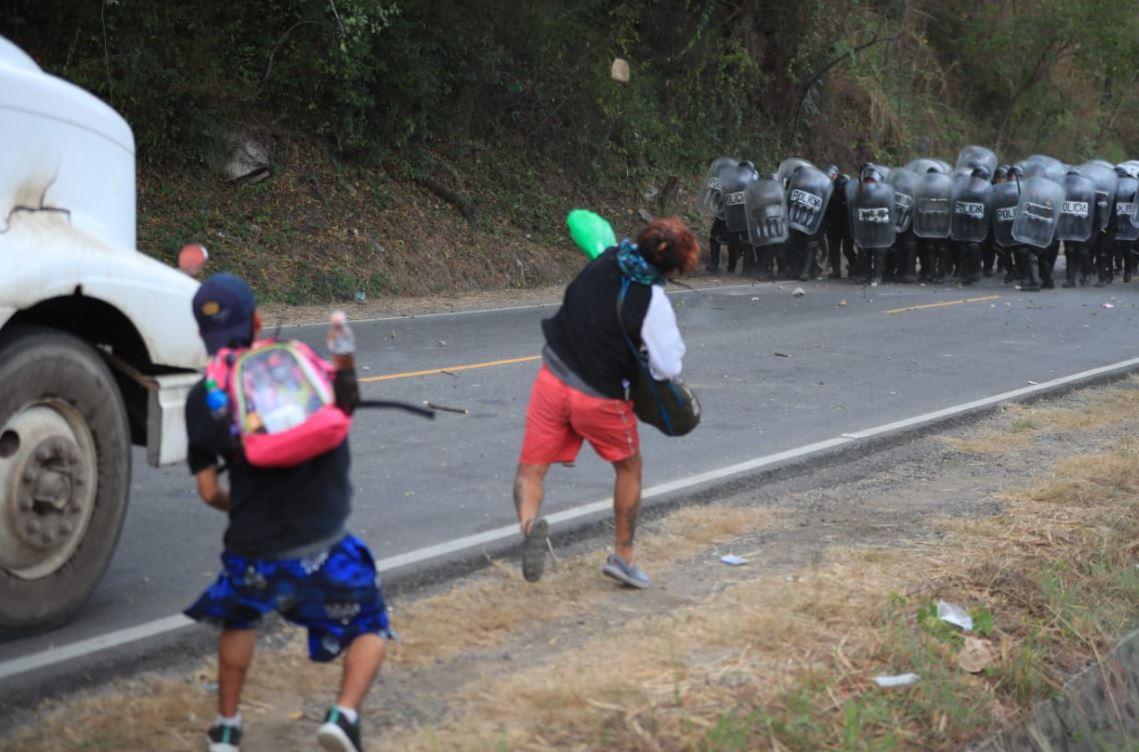 Enfrentamiento: Policía y Ejército desalojan a migrantes hondureños en Vado Hondo, Chiquimula