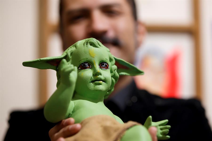 """""""Tengo pensado hacer otras piezas tal vez más retadoras"""": creador del Niño Dios Baby Yoda recibe críticas y lo tachan de hereje"""