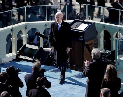 Migrantes queman piñata para pedir a Biden que les deje ingresar a EE. UU.