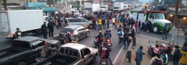 Un grupo de importadores de vehículos, vendedores de carros usados y repuestos bloquean el paso en el km 49 de la ruta Interamericana, en El Tejar, Chimaltenango. (Foto Prensa LIbre: Víctor Chamalé)