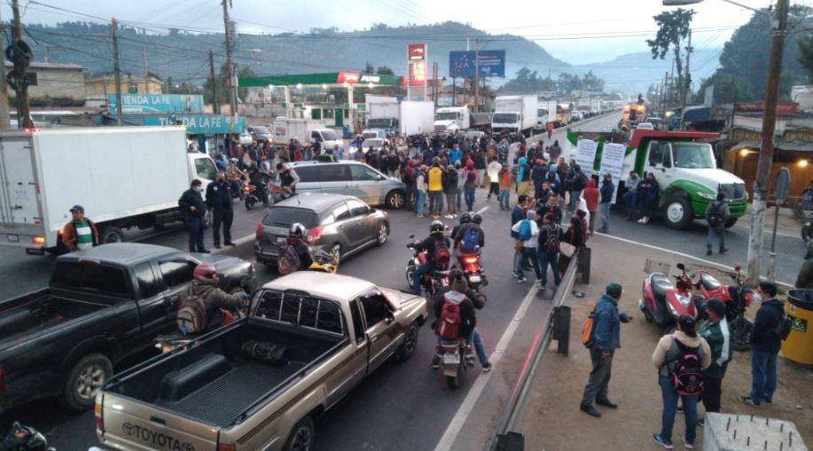 Importadores de vehículos bloquean paso la ruta Interamericana, Chimaltenango, fronteras y puertos