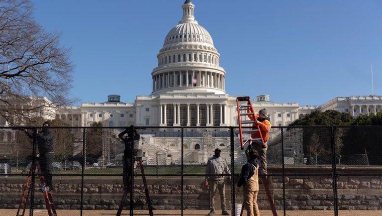 FBI ofrece recompensa por datos sobre el sospechoso de poner bombas durante toma del Capitolio. (Foto Prensa Libre: EFE)