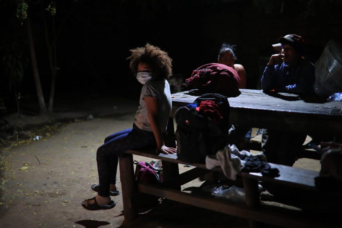 Cabizbajos y agotados: así transcurre el tiempo para los migrantes que esperan ser retornados a Honduras